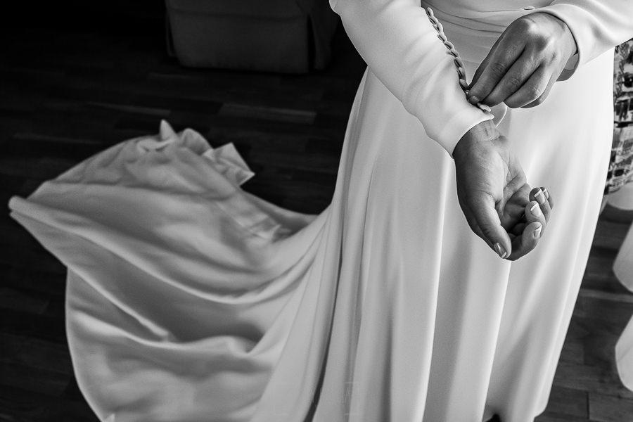 Boda en Villaviciosa de Carmen y David realizada por el fotógrafo de bodas en Asturias Johnny García. Detalle de las mangas del vestido de la novia lleno de botones.
