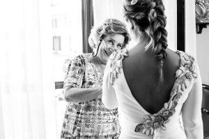 Boda en Villaviciosa de Carmen y David realizada por el fotógrafo de bodas en Asturias Johnny García. La madre sonríe a la novia.
