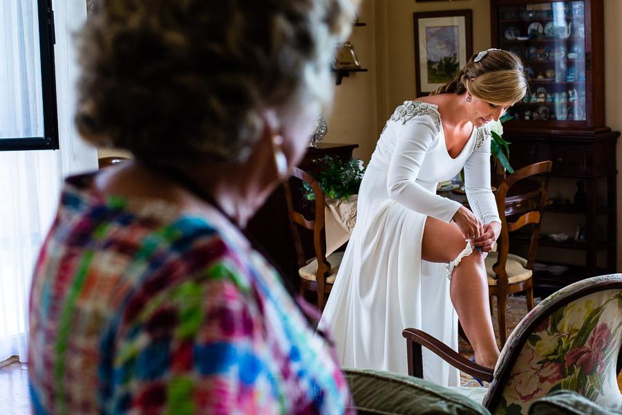 Boda en Villaviciosa de Carmen y David realizada por el fotógrafo de bodas en Asturias Johnny García. La novia se pone la liga.