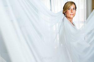 Boda en Villaviciosa de Carmen y David realizada por el fotógrafo de bodas en Asturias Johnny García. Retrato de la novia con el velo.