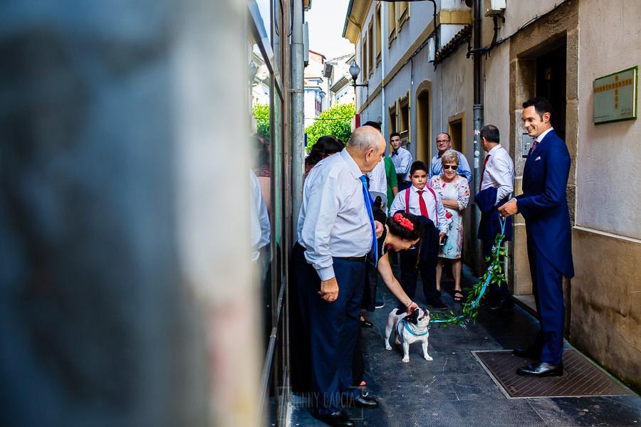 Boda en Villaviciosa de Carmen y David realizada por el fotógrafo de bodas en Asturias Johnny García. El novio sale de los apartamentos.
