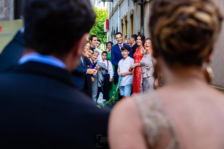 Boda en Villaviciosa de Carmen y David realizada por el fotógrafo de bodas en Asturias Johnny García. Los amigos saludan al novio al salir.