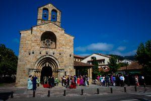 Boda en Villaviciosa de Carmen y David realizada por el fotógrafo de bodas en Asturias Johnny García. El novio llega a la iglesia.