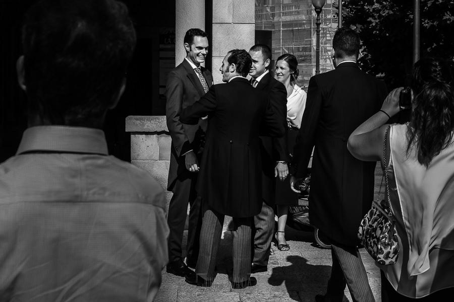 Boda en Villaviciosa de Carmen y David realizada por el fotógrafo de bodas en Asturias Johnny García. El novio saluda a amigos al llegar.