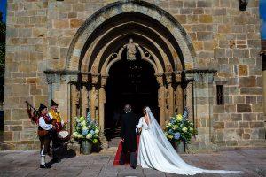 Boda en Villaviciosa de Carmen y David realizada por el fotógrafo de bodas en Asturias Johnny García. La novia llega a la iglesia.