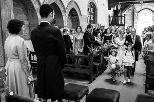 Boda en Villaviciosa de Carmen y David realizada por el fotógrafo de bodas en Asturias Johnny García. La novia del brazo de su padre por el pasillo de la iglesia.