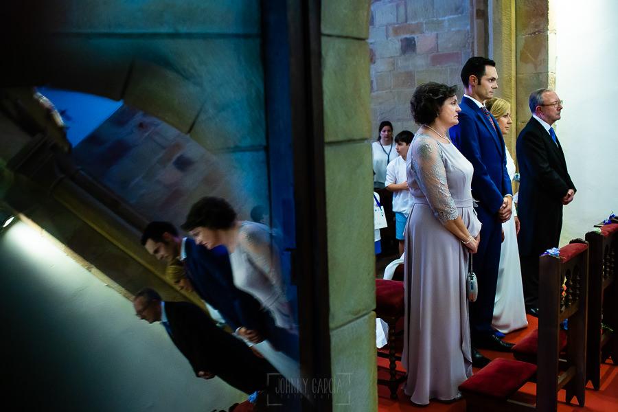 Boda en Villaviciosa de Carmen y David realizada por el fotógrafo de bodas en Asturias Johnny García. Los novios junto a los padrinos en el altar.