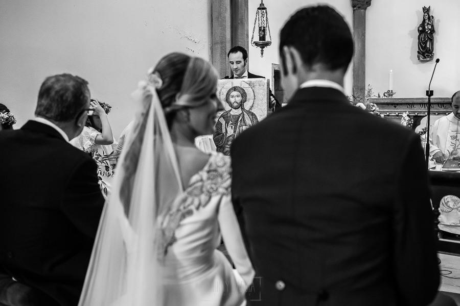 Boda en Villaviciosa de Carmen y David realizada por el fotógrafo de bodas en Asturias Johnny García. Un amigo del novio lee en la misa.