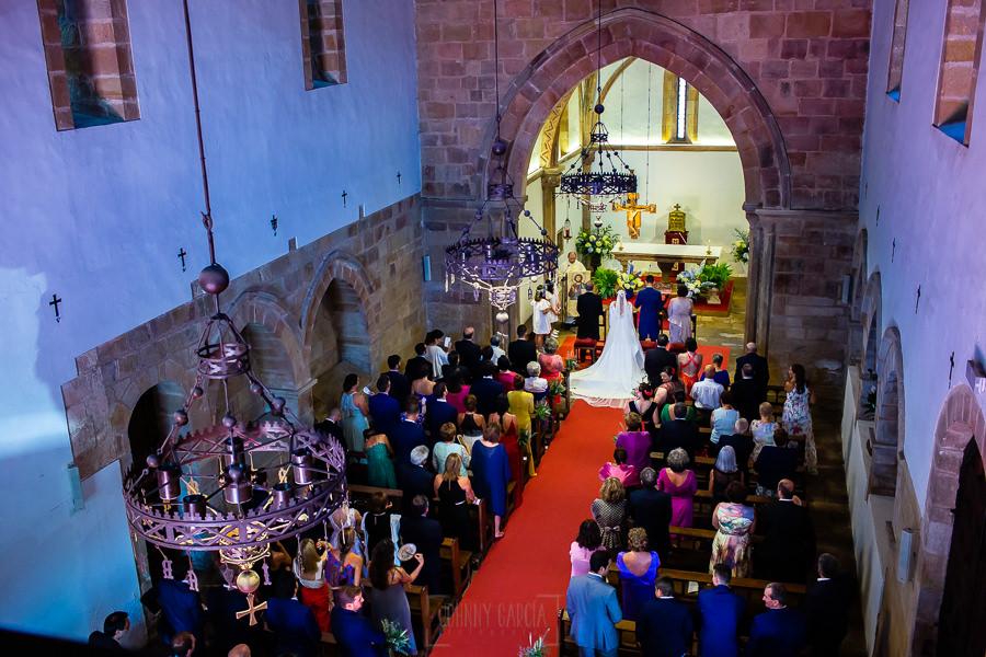 Boda en Villaviciosa de Carmen y David realizada por el fotógrafo de bodas en Asturias Johnny García. Vista general desde el coro de la iglesia.