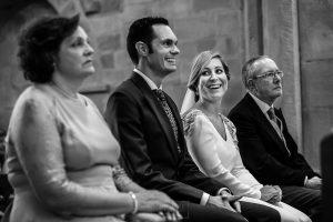 Boda en Villaviciosa de Carmen y David realizada por el fotógrafo de bodas en Asturias Johnny García. La novia sonríe en un momento de la ceremonia.