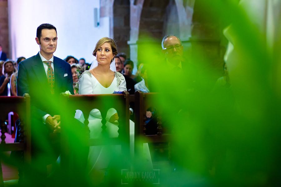 Boda en Villaviciosa de Carmen y David realizada por el fotógrafo de bodas en Asturias Johnny García. David y Carmen sentados en el altar.