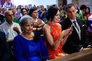 Boda en Villaviciosa de Carmen y David realizada por el fotógrafo de bodas en Asturias Johnny García. La hermana del novio revisa una foto que ha hecho.