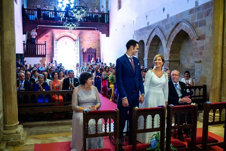 Boda en Villaviciosa de Carmen y David realizada por el fotógrafo de bodas en Asturias Johnny García. Los novio se miran en el altar.