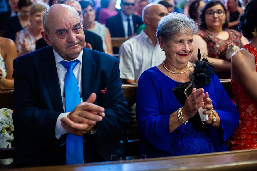 Boda en Villaviciosa de Carmen y David realizada por el fotógrafo de bodas en Asturias Johnny García. Los abuelos del novio aplauden.