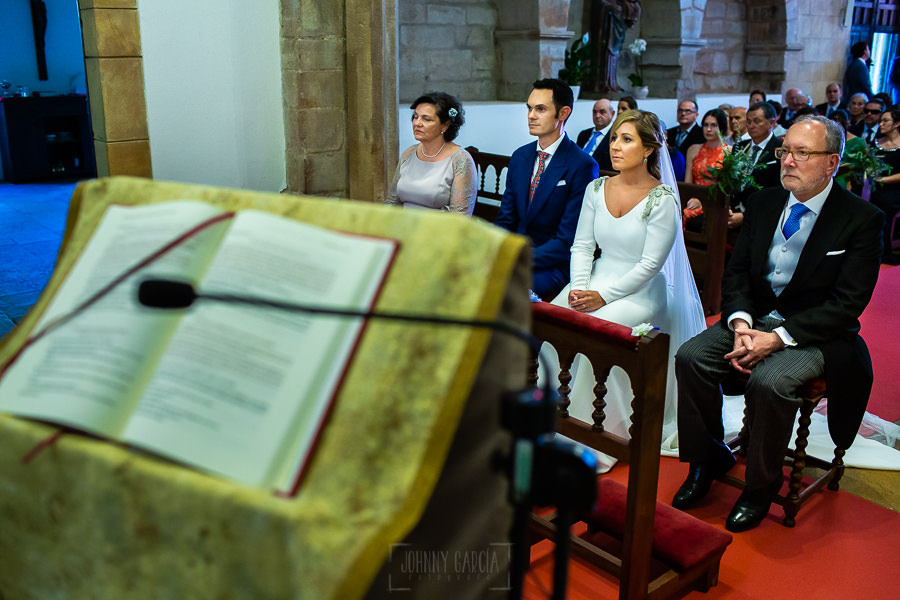 Boda en Villaviciosa de Carmen y David realizada por el fotógrafo de bodas en Asturias Johnny García. Una vista del atril de lecturas, detrás los novios y padrinos.