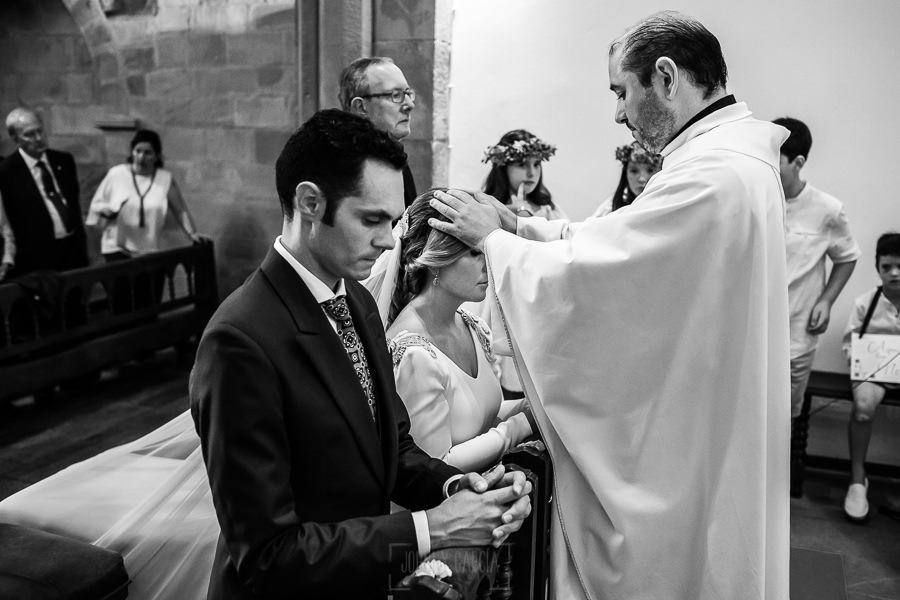 Boda en Villaviciosa de Carmen y David realizada por el fotógrafo de bodas en Asturias Johnny García. El sacerdote bendice a la pareja.