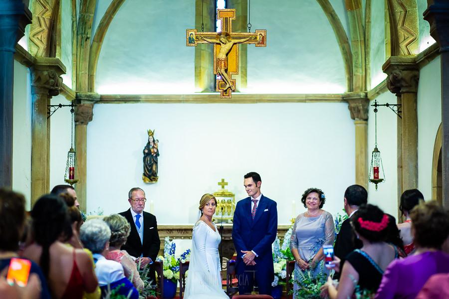 Boda en Villaviciosa de Carmen y David realizada por el fotógrafo de bodas en Asturias Johnny García. La pareja saluda a todos los que están en la iglesia.