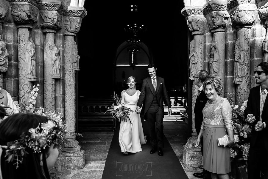 Boda en Villaviciosa de Carmen y David realizada por el fotógrafo de bodas en Asturias Johnny García. La pareja sale de la iglesia.