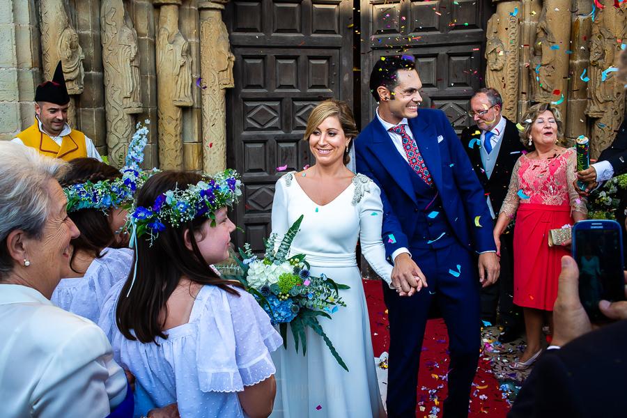 Boda en Villaviciosa de Carmen y David realizada por el fotógrafo de bodas en Asturias Johnny García. Momento arroz y pétalos al salir los novios.