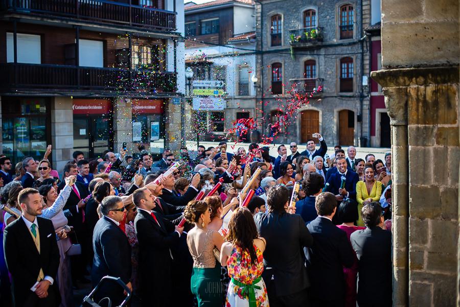 Boda en Villaviciosa de Carmen y David realizada por el fotógrafo de bodas en Asturias Johnny García. Vista general de cómo los invitados lanzan pétalos y arroz a los novios.