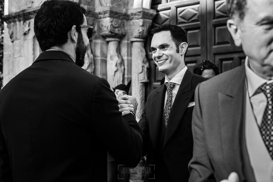 Boda en Villaviciosa de Carmen y David realizada por el fotógrafo de bodas en Asturias Johnny García. David saluda a los invitados.