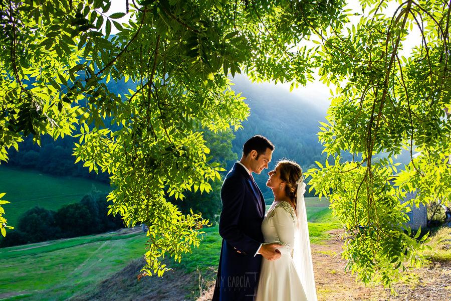 Boda en Villaviciosa de Carmen y David realizada por el fotógrafo de bodas en Asturias Johnny García. Foto de pareja entre unos árboles.