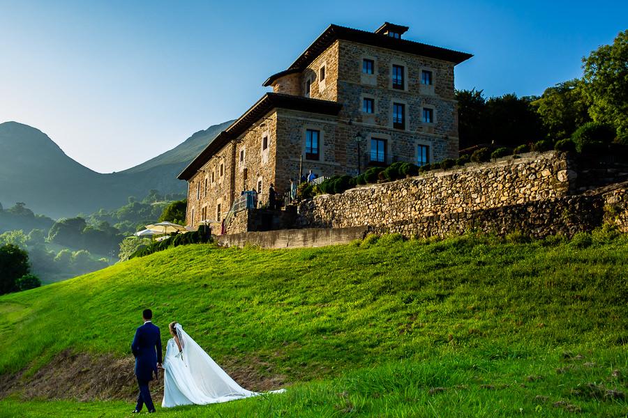 Boda en Villaviciosa de Carmen y David realizada por el fotógrafo de bodas en Asturias Johnny García. Paseo de los novios por los jardines del palacio.