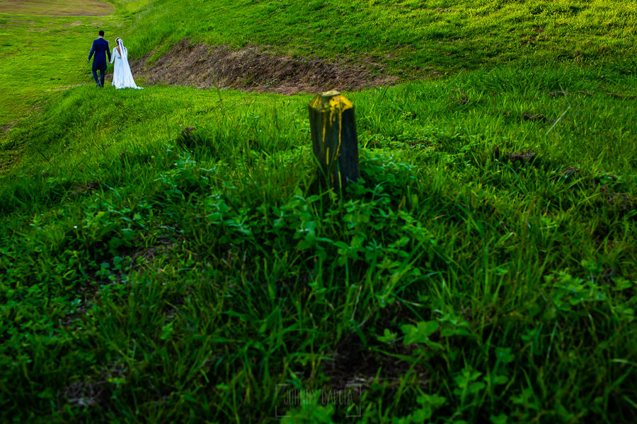 Boda en Villaviciosa de Carmen y David realizada por el fotógrafo de bodas en Asturias Johnny García. los novios pasean por el campo de golf.