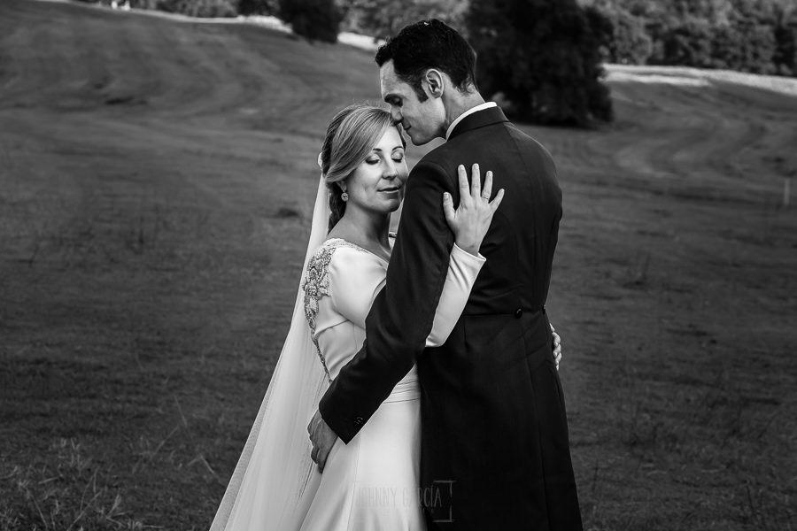 Boda en Villaviciosa de Carmen y David realizada por el fotógrafo de bodas en Asturias Johnny García. Un retrato de la pareja en los campos del golf.