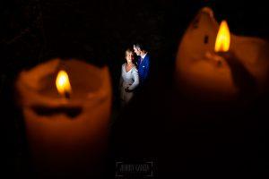 Boda en Villaviciosa de Carmen y David realizada por el fotógrafo de bodas en Asturias Johnny García. La pareja dentro del palacio entre dos velas.