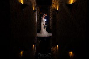 Boda en Villaviciosa de Carmen y David realizada por el fotógrafo de bodas en Asturias Johnny García. Los novios en el pasiloo de las habitaciones del palacio.