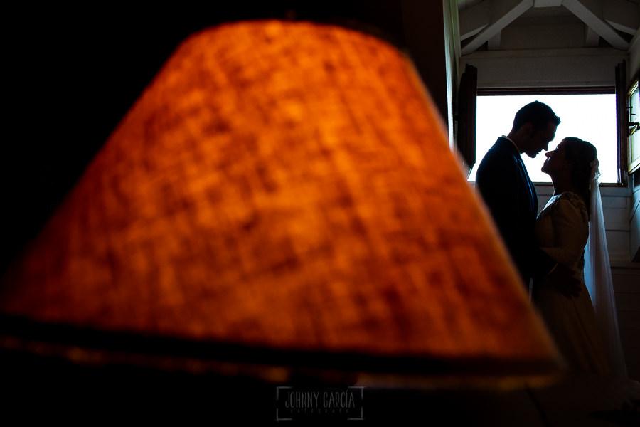 Boda en Villaviciosa de Carmen y David realizada por el fotógrafo de bodas en Asturias Johnny García. Un contraluz en la habitación nupcial.