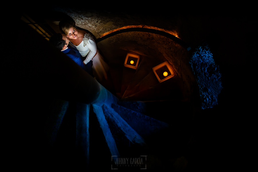Boda en Villaviciosa de Carmen y David realizada por el fotógrafo de bodas en Asturias Johnny García. Los novios en las escaleras de caracol del palacio.
