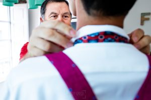 Boda en Villaviciosa de Carmen y David realizada por el fotógrafo de bodas en Asturias Johnny García. El pade del novio le ayuda con la corbata.