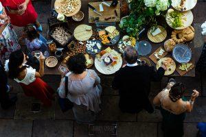 Boda en Villaviciosa de Carmen y David realizada por el fotógrafo de bodas en Asturias Johnny García. Vista vertical de la mesa de los quesos.