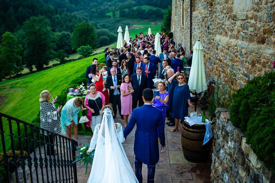 Boda en Villaviciosa de Carmen y David realizada por el fotógrafo de bodas en Asturias Johnny García. Los novios llegan al aperitivo.