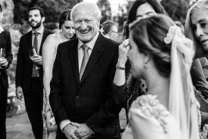 Boda en Villaviciosa de Carmen y David realizada por el fotógrafo de bodas en Asturias Johnny García. Carmen saluda a los invitados.