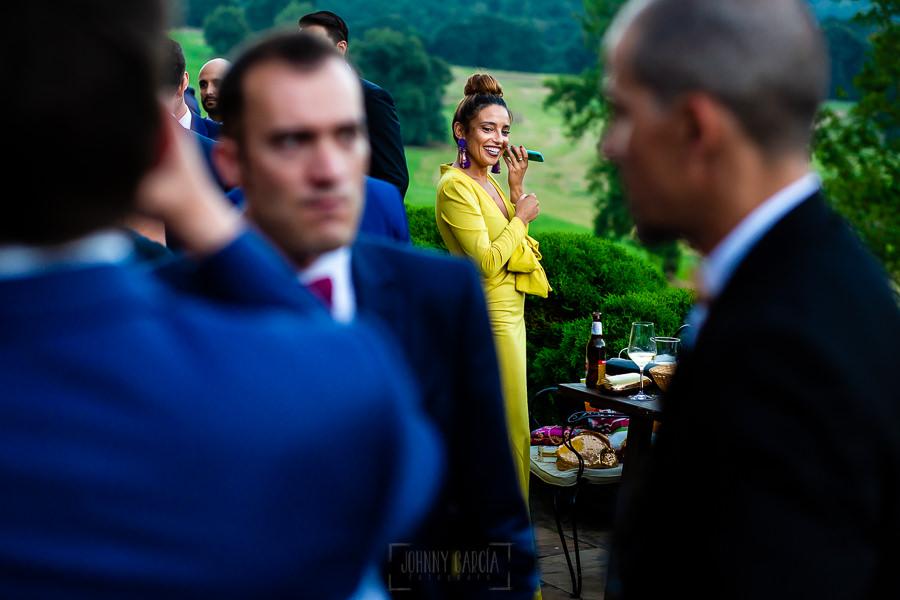 Boda en Villaviciosa de Carmen y David realizada por el fotógrafo de bodas en Asturias Johnny García. Una invitada habla por teléfono.