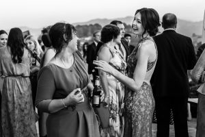 Boda en Villaviciosa de Carmen y David realizada por el fotógrafo de bodas en Asturias Johnny García. La hermana de David junto a un familiar.