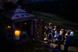 Boda en Villaviciosa de Carmen y David realizada por el fotógrafo de bodas en Asturias Johnny García. Anochece durante el aperitivo.