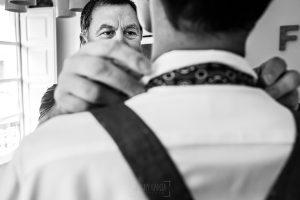 Boda en Villaviciosa de Carmen y David realizada por el fotógrafo de bodas en Asturias Johnny García. El padre del novio le ayuda con la corbata.