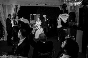 Boda en Villaviciosa de Carmen y David realizada por el fotógrafo de bodas en Asturias Johnny García. Los novios entran al banquete.