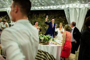 Boda en Villaviciosa de Carmen y David realizada por el fotógrafo de bodas en Asturias Johnny García. Los novios brindan con todos los invitados.