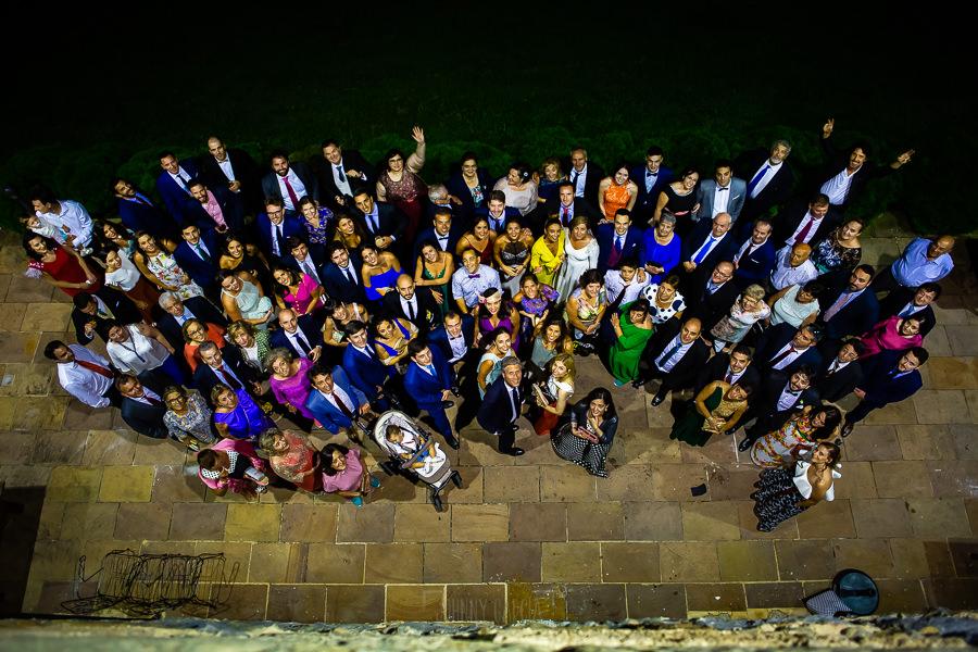 Boda en Villaviciosa de Carmen y David realizada por el fotógrafo de bodas en Asturias Johnny García. Una foto de grupo de todos los invitados.