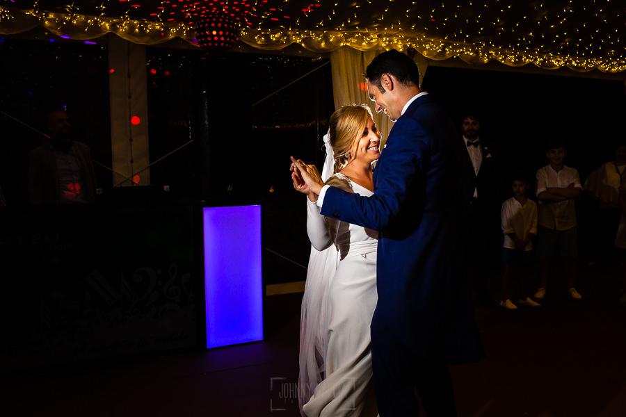 Boda en Villaviciosa de Carmen y David realizada por el fotógrafo de bodas en Asturias Johnny García. Primer baile nupcial.