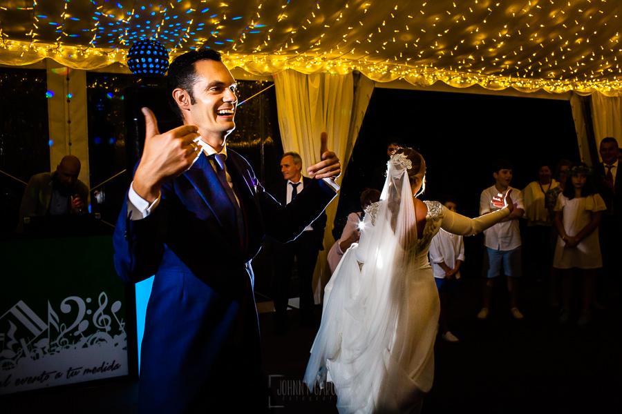 Boda en Villaviciosa de Carmen y David realizada por el fotógrafo de bodas en Asturias Johnny García. La pareja invita a bailar a sus invitados.