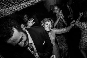 Boda en Villaviciosa de Carmen y David realizada por el fotógrafo de bodas en Asturias Johnny García. La madre del novio baila.