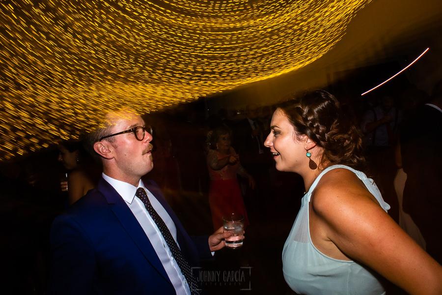 Boda en Villaviciosa de Carmen y David realizada por el fotógrafo de bodas en Asturias Johnny García. Invitados en la fiesta.