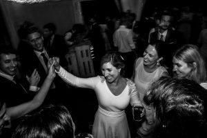 Boda en Villaviciosa de Carmen y David realizada por el fotógrafo de bodas en Asturias Johnny García. La novia baila con sus amigas.