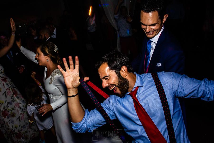 Boda en Villaviciosa de Carmen y David realizada por el fotógrafo de bodas en Asturias Johnny García. Amigos se lo pasan genial en la fiesta.